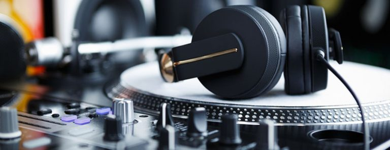Mixing on Headphones vs Monitors – Which One Should You Opt For?